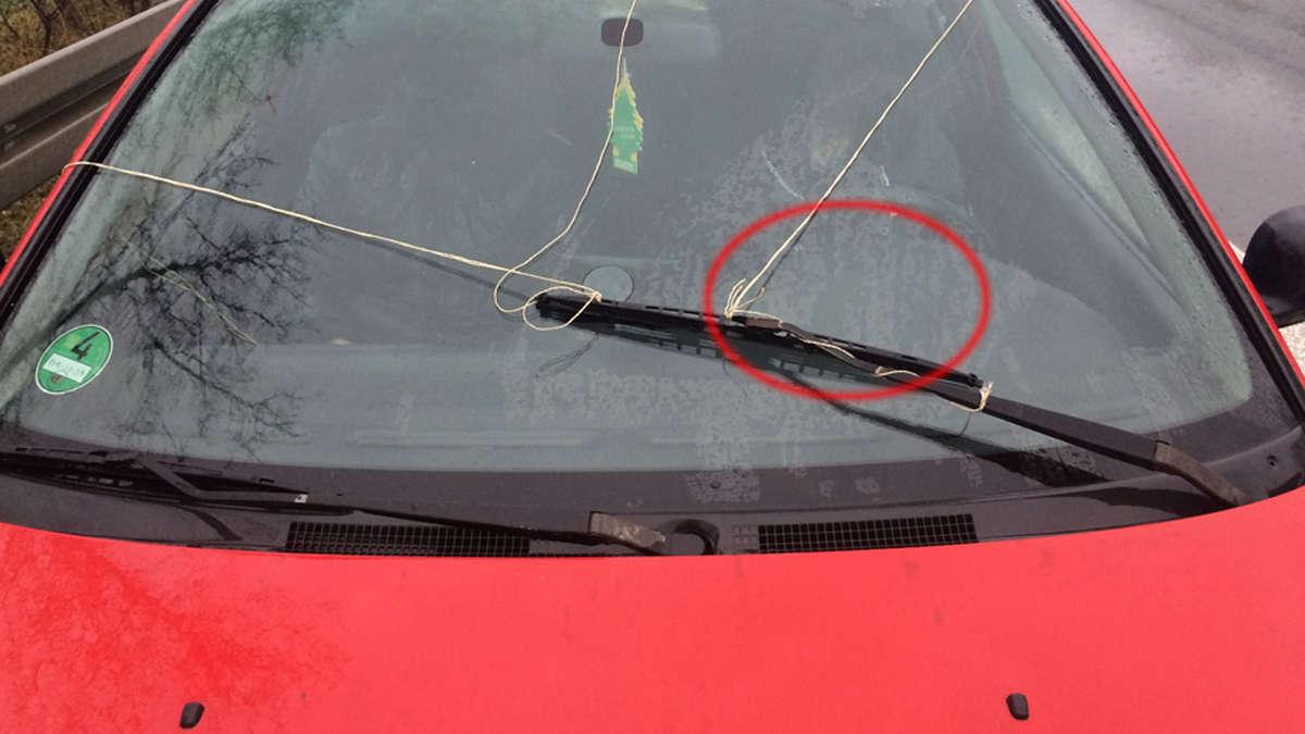 polizei zieht auto mit kaputten scheibenwischer mit paketband aus dem verkehr auto. Black Bedroom Furniture Sets. Home Design Ideas
