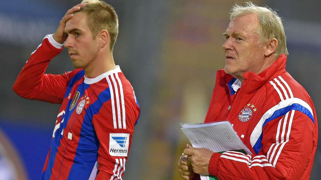 Bayerns Co-Trainer Hermann Gerland (r.) lobt Philipp Lahm.