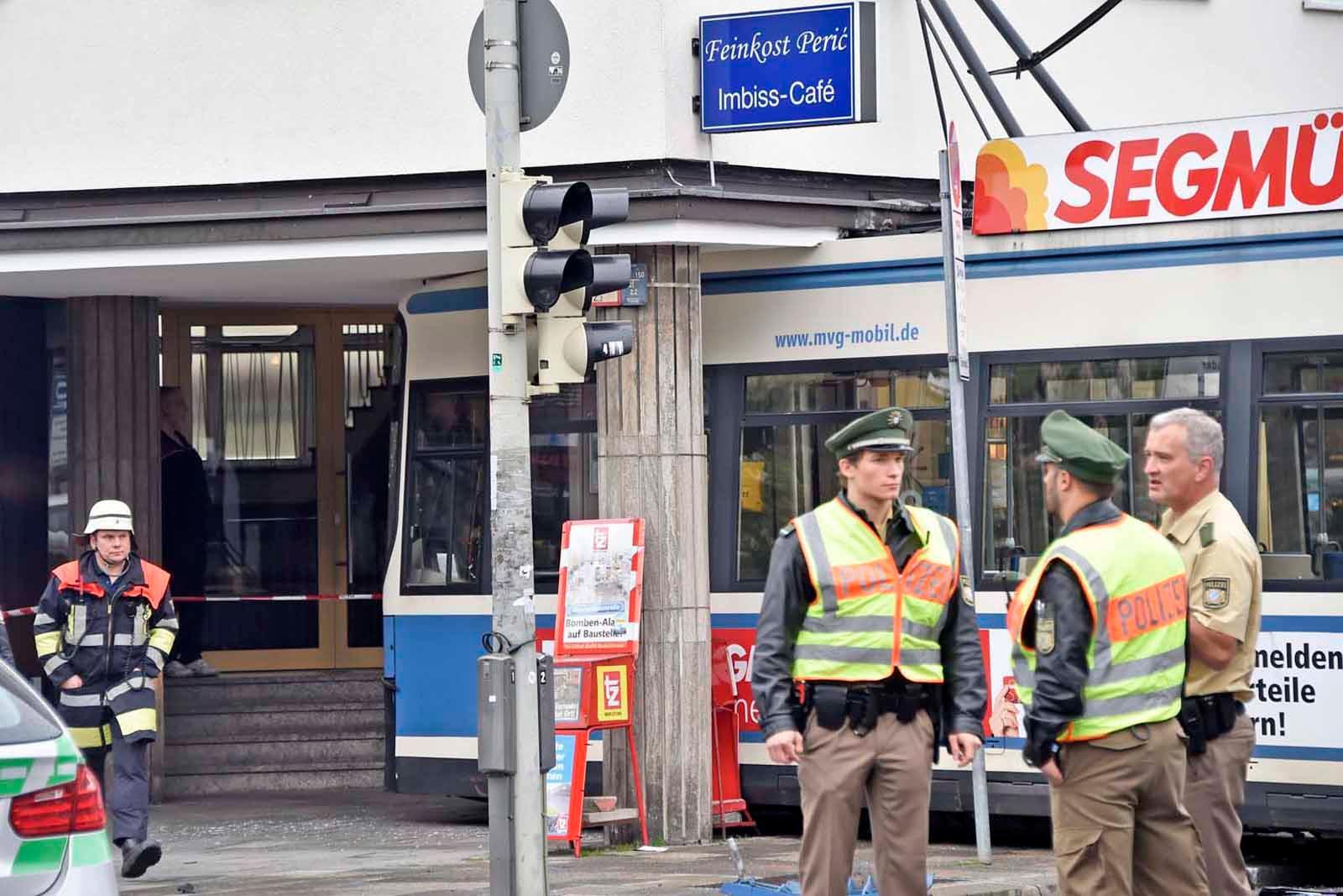 Tram In Der Maxvorstadt Rammt Kleintransporter Und Kracht In Haus