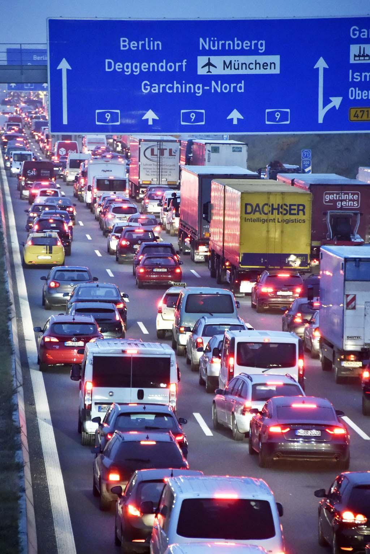 Unfall mit sechs Fahrzeugen auf der Autobahn 9 - Vollsperrung | Region