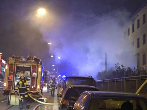Matratzen fingen Feuer: Brand in altem Industriegebäude