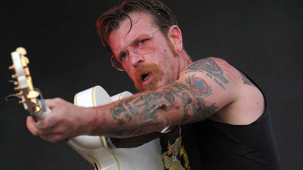 Jesse &#39The Devil&#39 Hughes von der Band Eagles of Death Metal auf der Bühne.