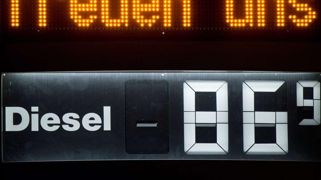 spritpreis f r benzin und diesel so viel steuern zahlen autofahrer pro liter auto. Black Bedroom Furniture Sets. Home Design Ideas