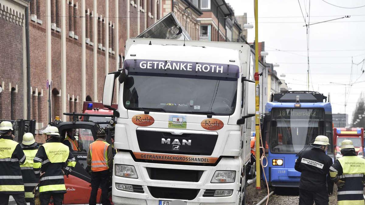 Getränke-Laster auf Gleis an der Landsberger Straße in München ...
