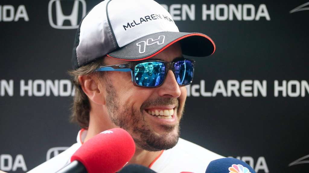 epa05258413 Spanish Formula One driver Fernando Alonso of McLaren-Honda talks with journalists before the Chinese Formula One Grand Prix at the Shanghai International Circuit in Shanghai, China, 14 April 2016. The 2016 Chinese Formula One Grand Prix will take place on 17 April. EPA/DIEGO AZUBEL +++(c) dpa - Bildfunk+++
