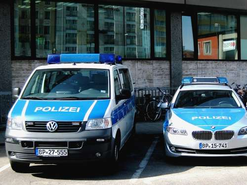 Dreister Wildbiesler uriniert an Polizeiauto