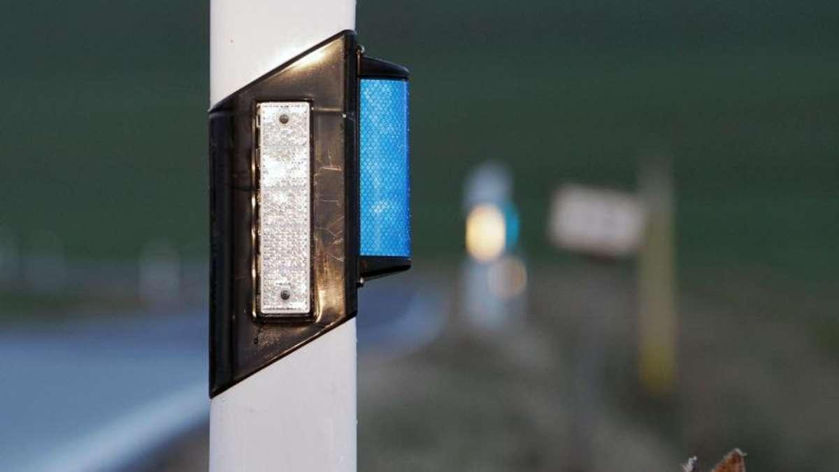 Blaue Reflektoren Am Straßenrand
