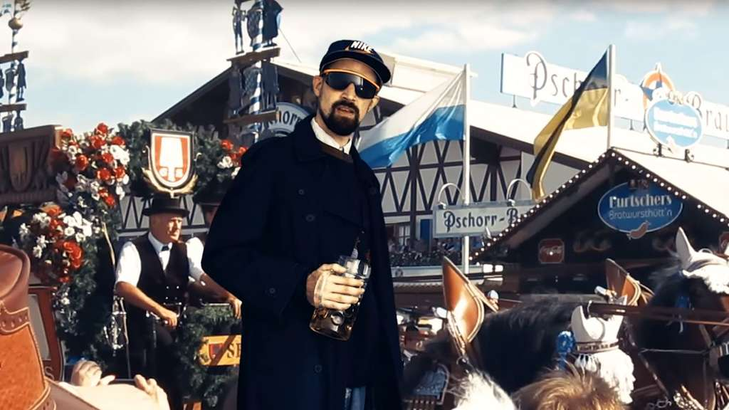 Rapper Ron Foto posiert lässig im Wiesn Blue-Screen.