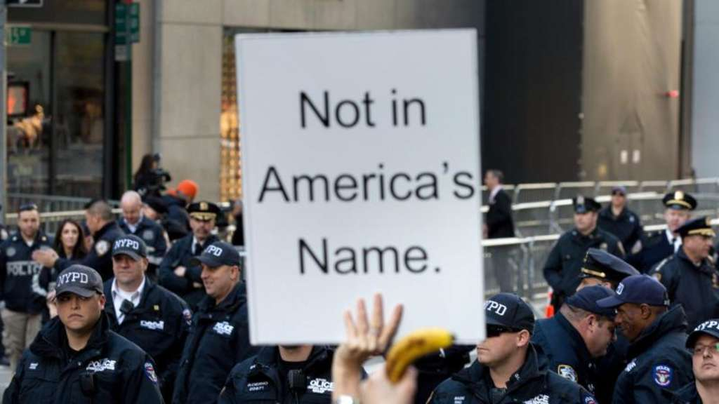 Polizisten und Demonstranten während eines Anti-Trump-Protests in New York. Foto: Kevin Hagen