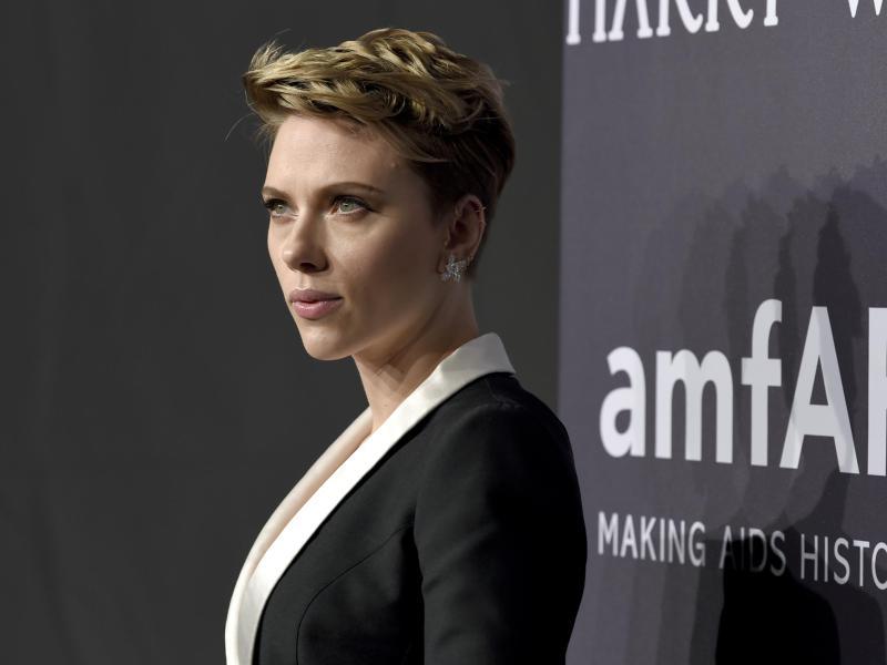Scarlett Johansson Kommt Mit Kurzhaarschnitt Zur Benefiz Gala Stars