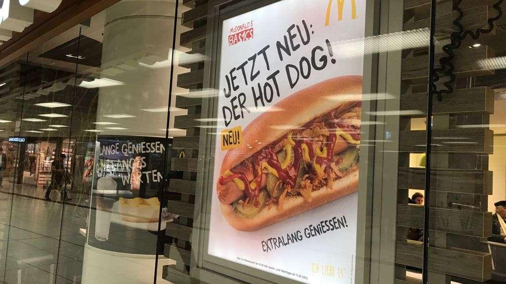 Mcdonalds verkauft jetzt hot dogs geheimer produkttest in elf ein plakat wirbt fr den neuen hot dog von mcdonalds altavistaventures Images