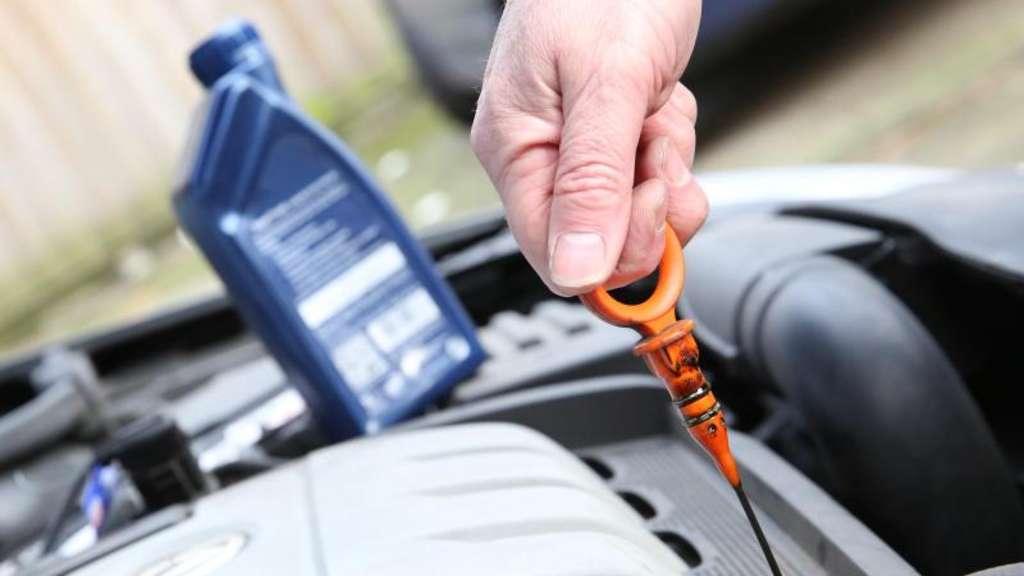 Ölstand alle 1000 Kilometer prüfen | Auto