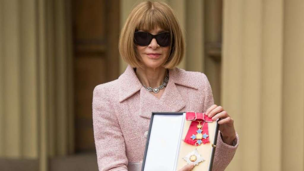 "Anna Wintour mit dem Verdienstorden ""Dame Commander of the British Empire"" in London. Foto: Dominic Lipinski"