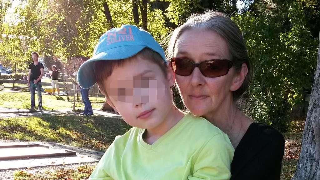 Cornelia F. hält Maxi im Arm. Sie wurde wegen Kindesentzuges angezeigt.