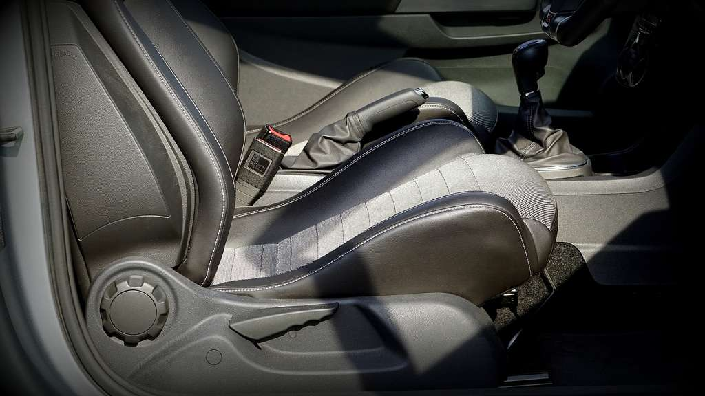 Sehr So entfernen Sie ganz leicht Flecken von Ihren Autositzen   Auto IK89