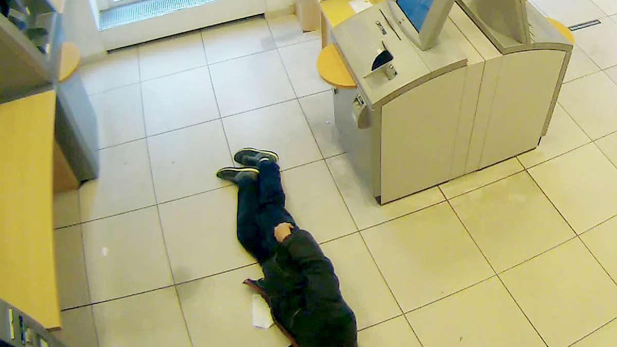 Drei Bankkunden ließen ihn einfach sterben