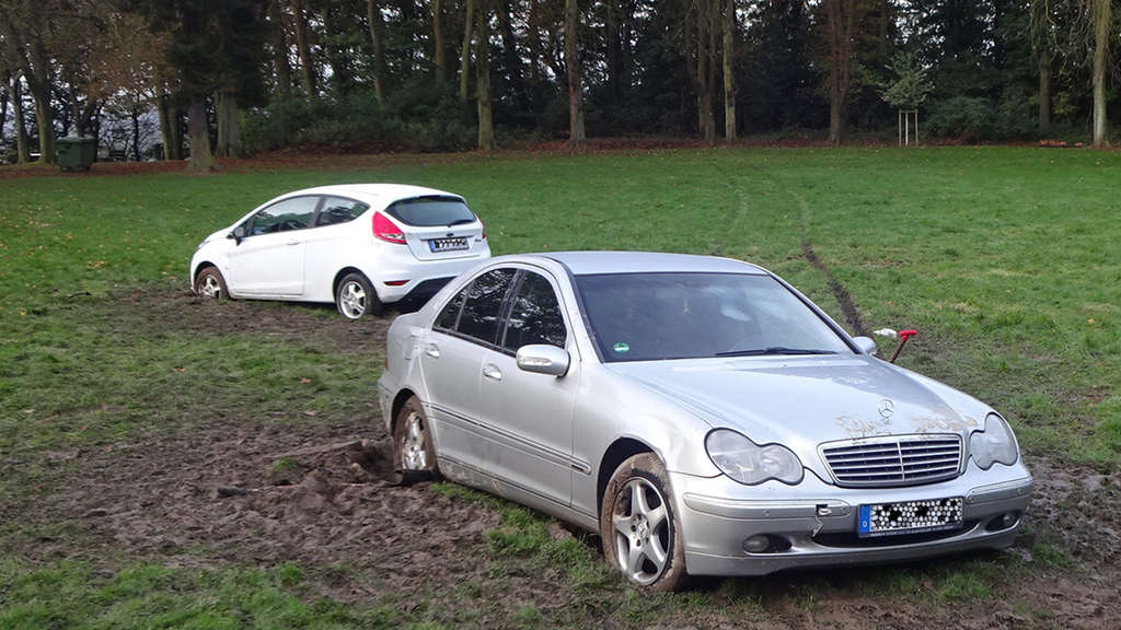 Brüder stecken mit Autos im Schlamm fest - dann geht alles schief | Auto