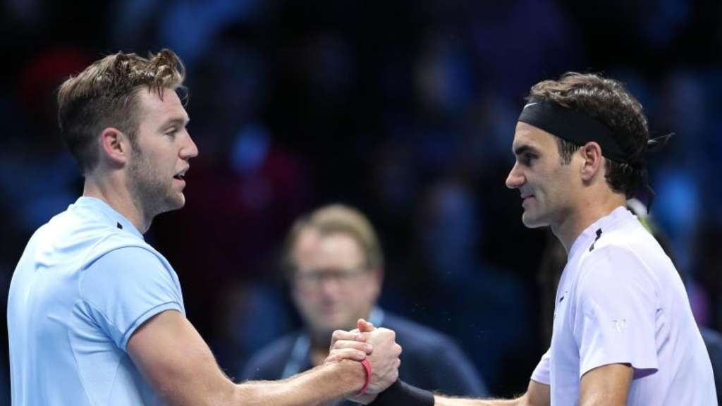 Jack Sock (l) gratuliert Roger Federer in London zum Sieg. Foto: Chris Radburn