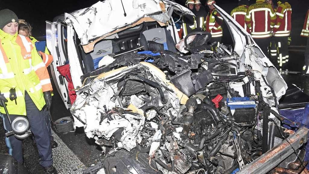 Schwerer Unfall Auf Der A9 Kleintransporter Kracht Unter Lkw