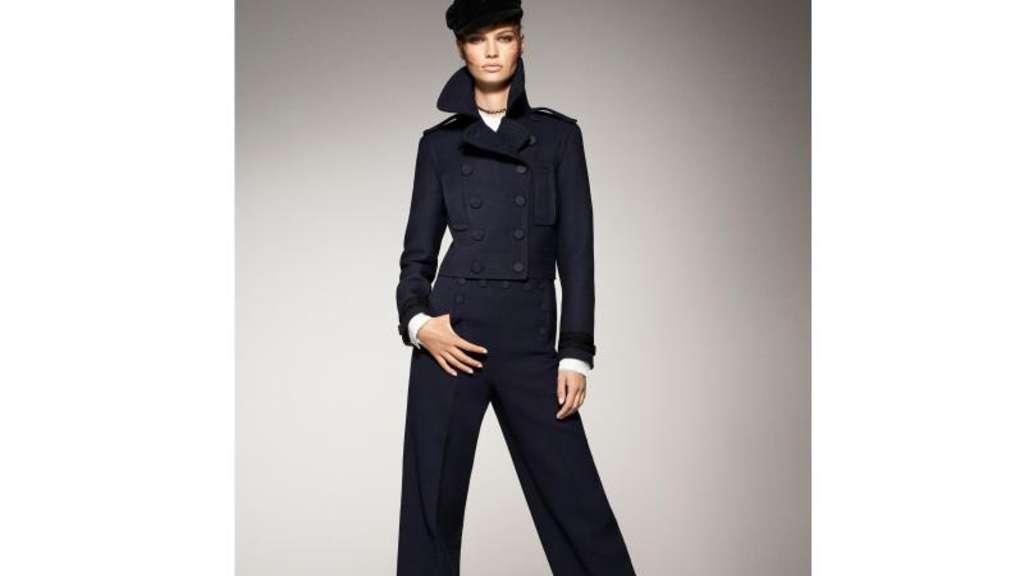 Weite Hosen in Kombination mit einem Blazer in der gleichen Farbe und spitz  zulaufenden Schuhen haben 13d87800d8