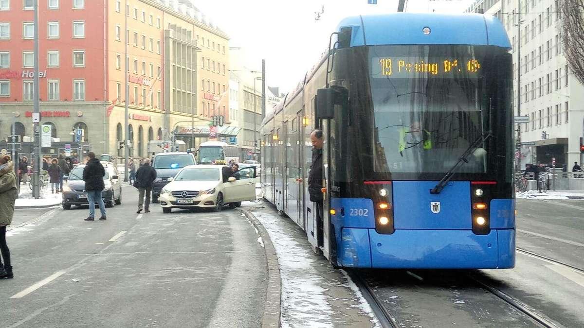 unfall am hauptbahnhof taxi kollidiert mit tram ludwigsvorstadt isarvorstadt. Black Bedroom Furniture Sets. Home Design Ideas