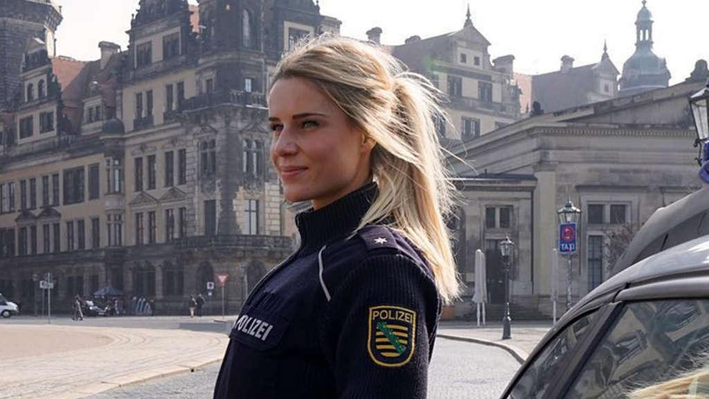 Die Zeit drängt! Knallhartes Bikini-Ultimatum für Deutschlands heißeste  Polizistin bdf6017abc