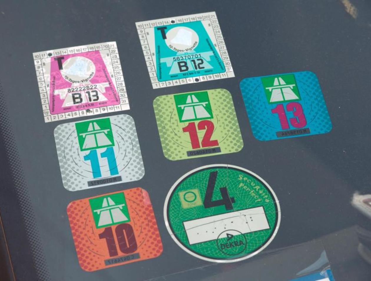 So Entfernen Sie Aufkleber Und Vignetten Von Ihrem Auto Auto
