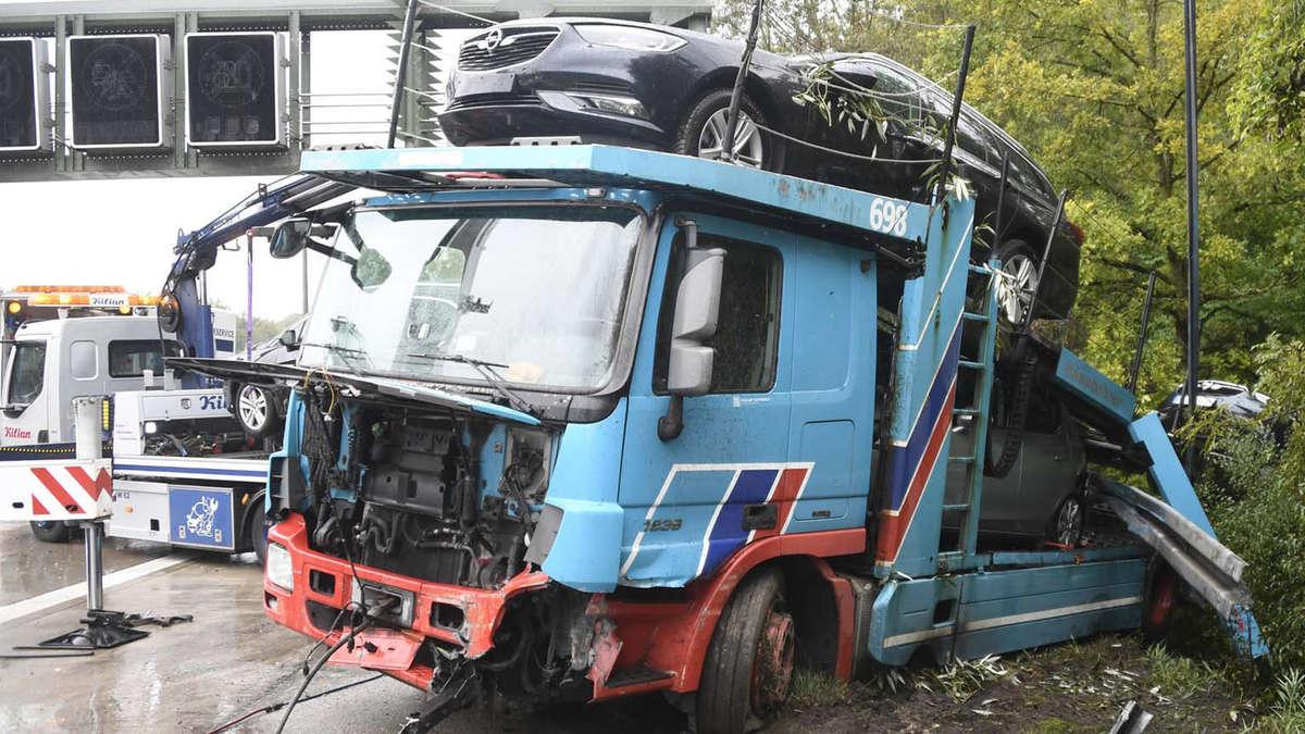 Freising/A92: Auto-Transporter verliert bei Unfall Ladung   Region on