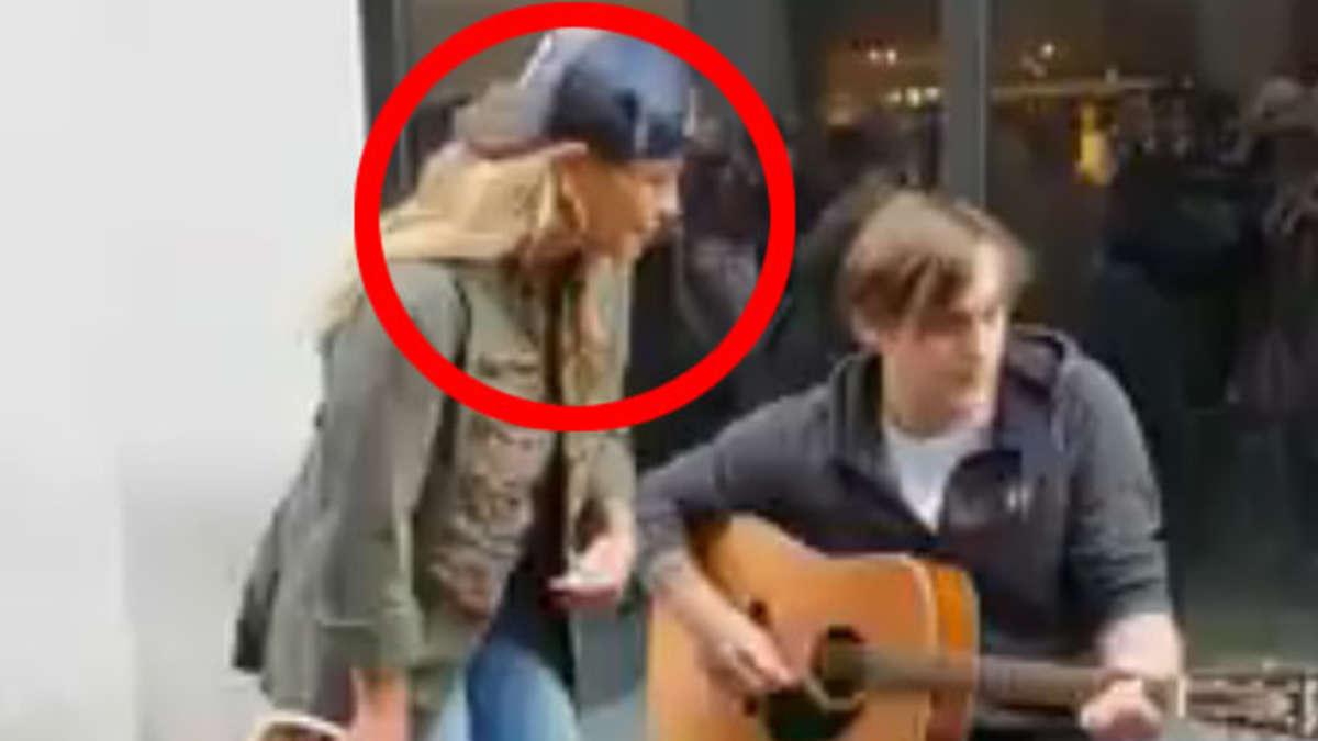 Straßenmusiker singt in Dortmunder Innenstadt - plötzlich stimmt dieser Weltstar im Schlabberlook mit ein