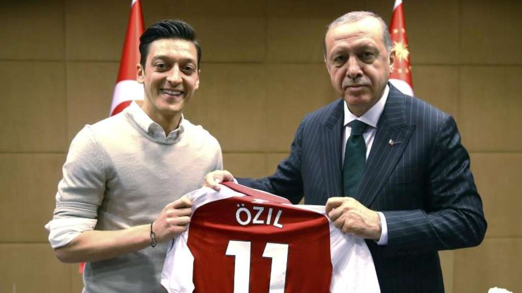 Foto mit Folgen: Mesut Özil (l) und Recep Tayyip Erdogan in London. Foto: Uncredited/Pool Presdential Press Service/AP