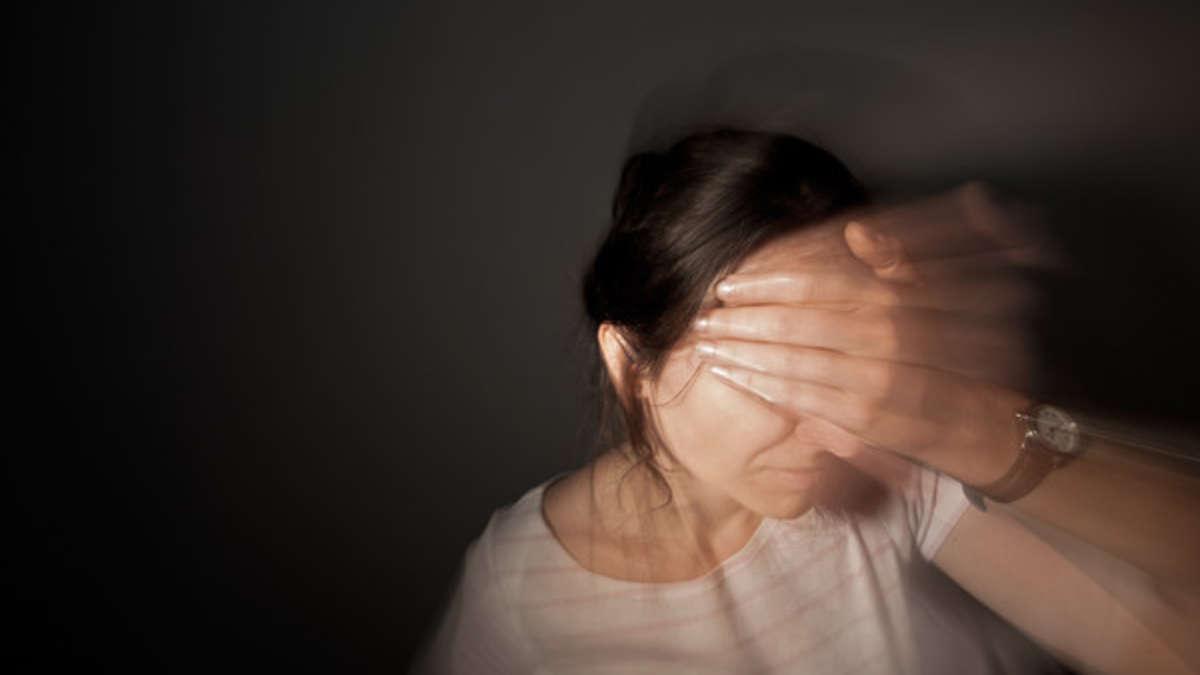 Horror-Frau-kehrt-aus-Urlaub-zur-ck-pl-tzlich-bewegt-sich-etwas-unter-ihrer-Kopfhaut