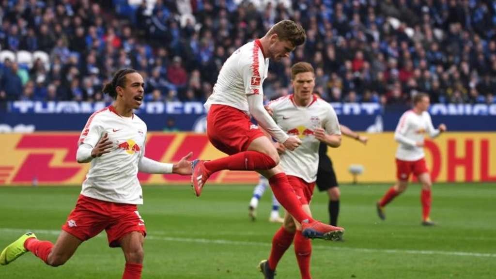Leipzigs Yussuf Poulsen (l-r), Torschütze Timo Werner und Marcel Halstenberg bejubeln das 1:0. Foto: Ina Fassbender