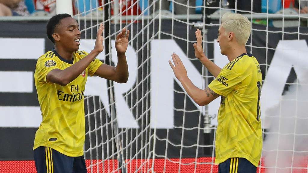 Joe Willock (l.) und Mesut Özil vom FC Arsenal.