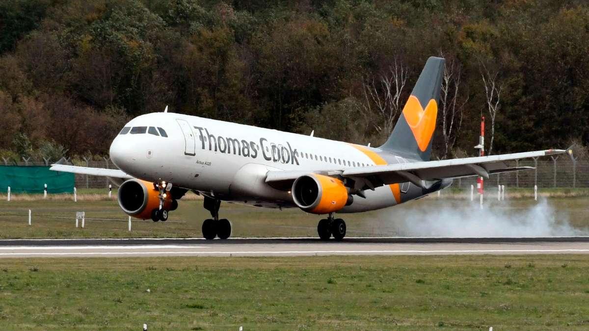 Betrunkene 30-Jährige reißt sich in Flugzeug Kleider vom