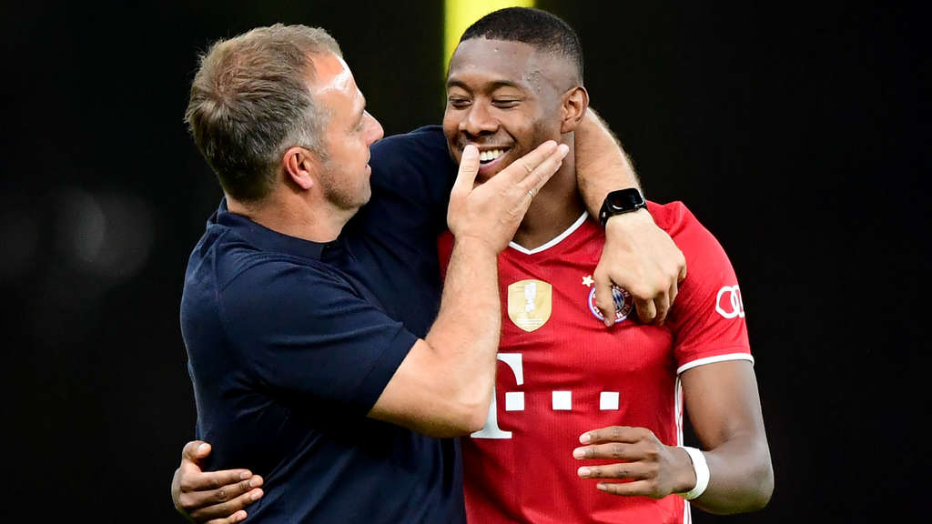 David Alaba (r.) mit Bayern-Trainer Hansi Flick.
