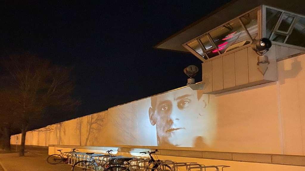 Das Gesicht des NS-Opfers Wilhelm Olschewski junior an der Wand des Gefängnisses in Stadlheim. Ähnliches passiert nun am Grünwalder Stadion.