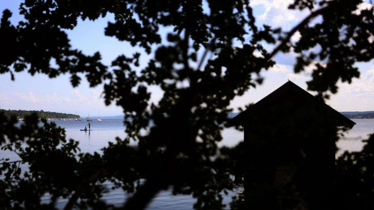 Wilde Massen-Schlägerei an beliebtem See bei München: Jugendliche prügeln auch auf Unbeteiligte ein