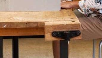 Das ist doch ...?! Hier sitzt ein FC-Bayern-Star in der Wahlkabine - mit kurzer Hose und lässigem Muster-Hemd